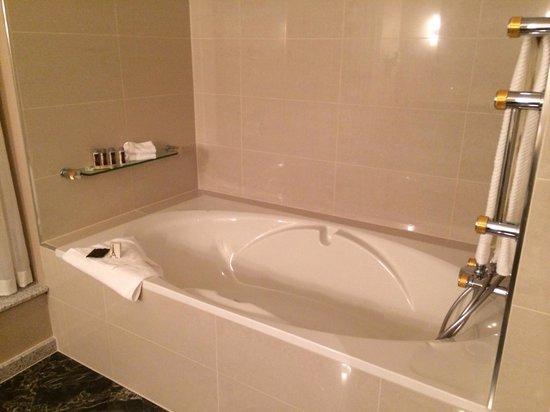 Renaissance Brussels Hotel: Bath exec suite