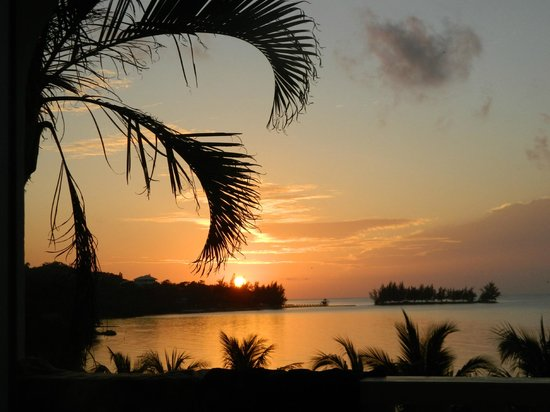 Turquoise Bay Dive & Beach Resort: Terriffic Sunsets