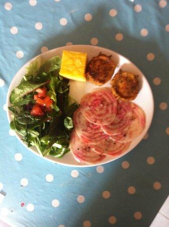 Le Curiosi'the : Fromage de chèvre panés, carpaccio de betterave, salade de jeunes pousses