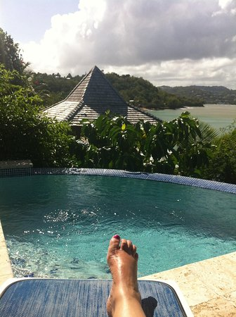 Calabash Cove Resort and Spa : Plunge pool cottage 2 and my foot !!