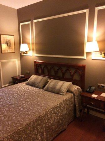Catalonia Las Cortes: room/bed