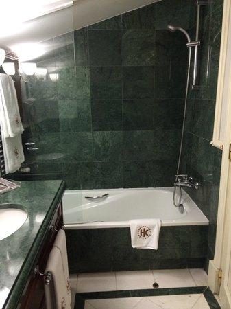 Catalonia Las Cortes: bathroom
