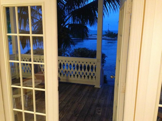 Tranquility Bay Beach House Resort: View to beach deck