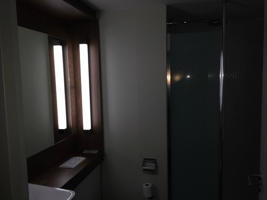 Campanile Carcassonne Est - La Cite : Salle de bain
