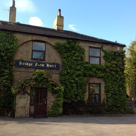 Bridge Farm Hotel: view from th front, situated on the corner.