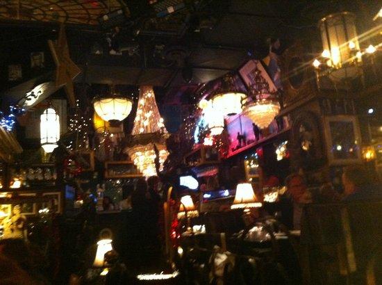 House of Jazz: Les lustres, les instruments de musique, les cadres sur les murs SUPERBE