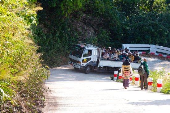 Kyaiktiyo Pagoda: Il viaggio in camion…45 minuti x 10 km