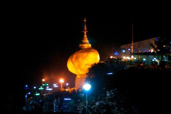 Kyaikto (Golden Rock): Golden Rock di notte.!