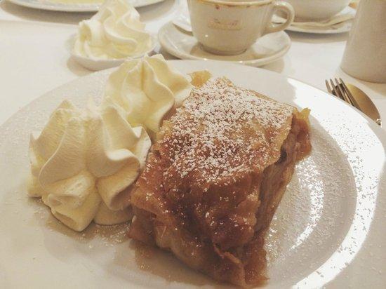 Cafe Einstein: apfelstrudel et chocolat chaud