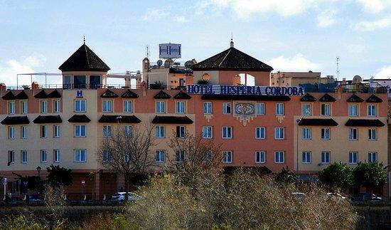 NH Cordoba: Fachada del hotel desde la otra orilla del rio