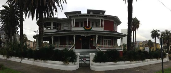 The Victorian Bed & Breakfast Inn: Bed & Breakfast ,front of the house!!