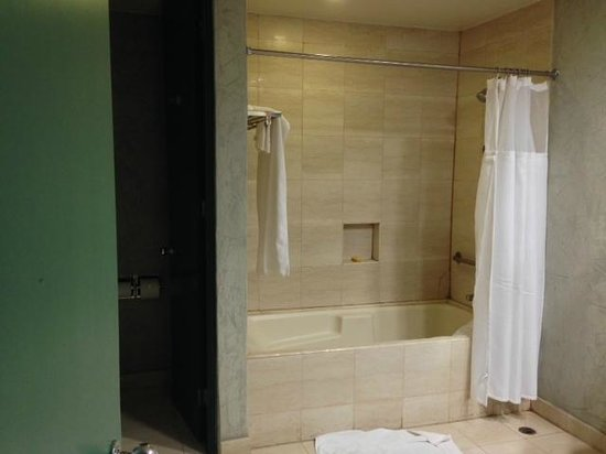 Hotel Coral & Marina: Big Bathroom