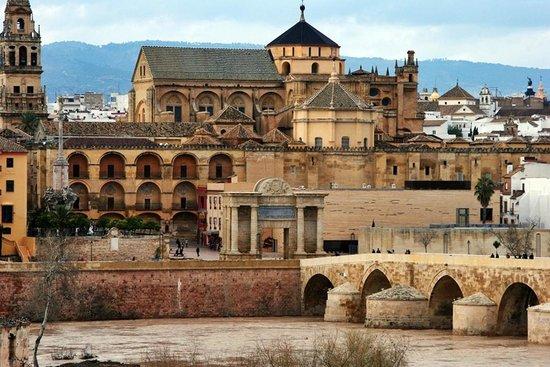 NH Cordoba: El puente romano y la Mezquita desde la ventana del hotel