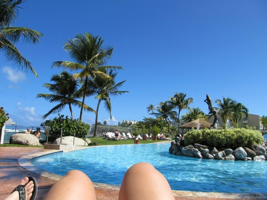 Embassy Suites by Hilton Dorado del Mar Beach Resort: nice day at the pool