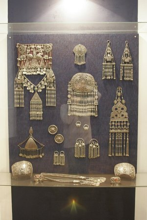 Makhachkala, Rusia: Antique jewellery display