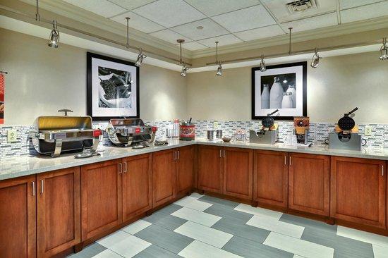 Hampton Inn & Suites Williamsburg Square: Breakfast Area