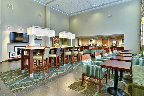 Hampton Inn & Suites Williamsburg Square: Breakfast Seating Area