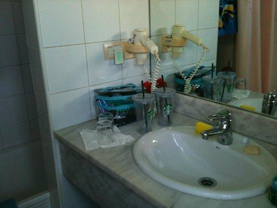 Hotel Palma Real: Bathroom sink and hair dryer
