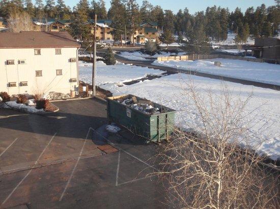 Holiday Inn Express Grand Canyon : vue de notre chambre sur les poubelles