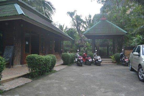 Vipa Tropical Resort: the entrance. the left is their office. go straight to go to their rooms