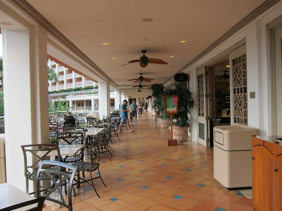 Grand Wailea - A Waldorf Astoria Resort: hallway where restaurants and shops are located
