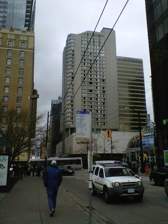 Four Seasons Hotel Vancouver: Hotel view from the street