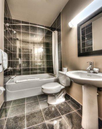 Podollan Rez-idence Grande Prairie: Bathroom