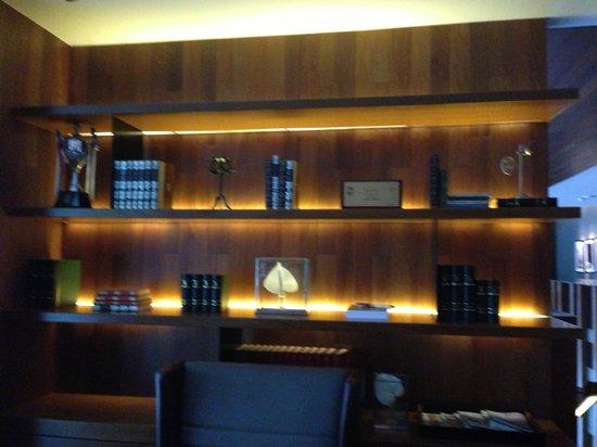 Hansar Bangkok Hotel : the library