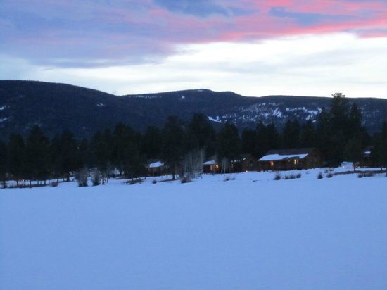 Red Canyon Lodge Cabins : View of cabins from across the lake