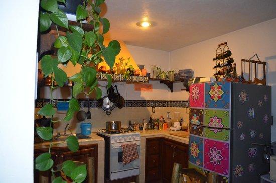 Al Son de los Santos: Zona de cocina y área común