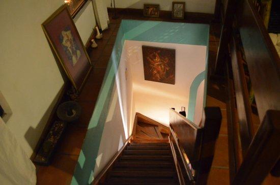 Al Son de los Santos: Acceso a la planta alta por las escaleras