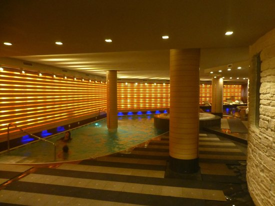 Cristal Palace Hotel: The pool and jacuzzi area