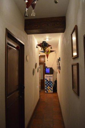 Al Son de los Santos: Vista del pasillo principal