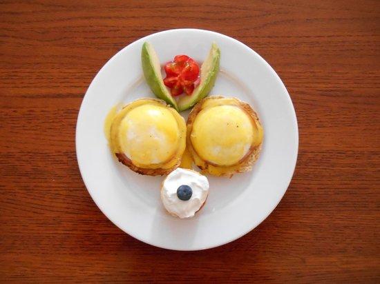 Bayberry House Bed & Breakfast: Eggs Benedict, fresh avocado, and mini-cheesecake - Yum!