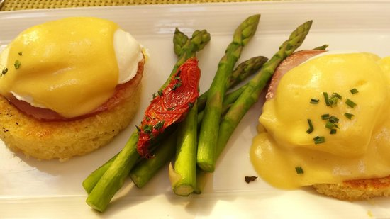 Four Seasons Hotel Las Vegas: Yummy Eggs Benedict at Verandah...cooked perfectly.