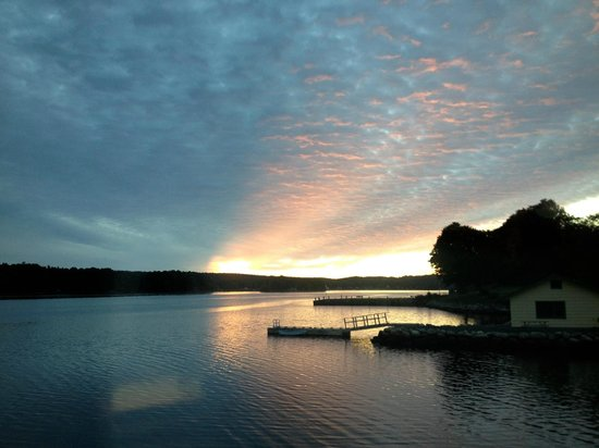 Lighthouse Motel & Cottages: Sunset on the LaHave River
