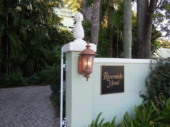 Riverside Hotel: Entrance