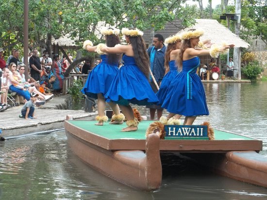 Polynesian Cultural Center: Have to see the canoe parade
