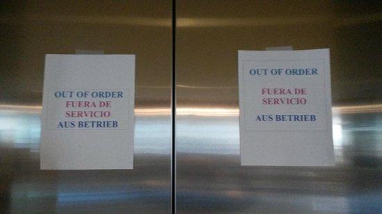 Hotel Riu Plaza Miami Beach: Nota en los ascensores