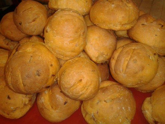 Bistro Detour: pains faits maison au tomates secher et olives de kalamata :)