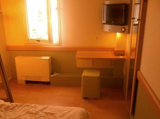 Ibis Budget Montpellier Sud Pres d'Arenes: Desk and TV
