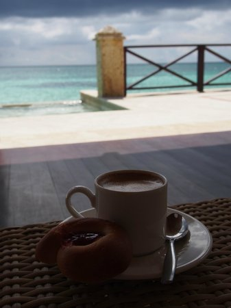 Sanctuary Cap Cana by Playa Hotels & Resorts : Breakfast and coffee on the patio