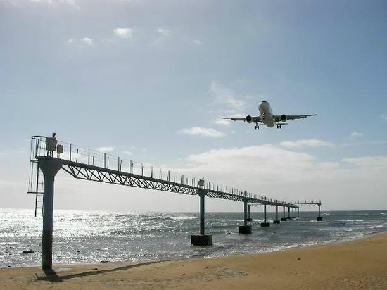 VIK Hotel San Antonio: planes from beach at Arrecife