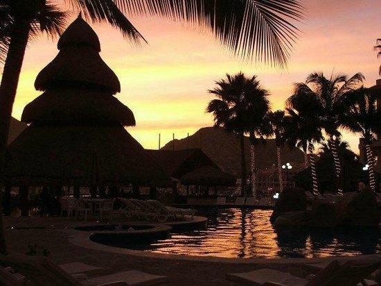 Marina Fiesta Resort & Spa : Sunset looking out towards marina by main pool & bar hut.