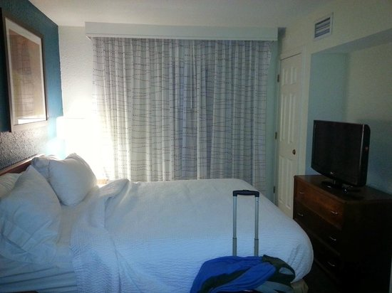 Residence Inn Danbury: The bed is big enough for 3 people