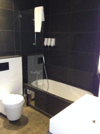 Hello Lisbon Santa Apolonia Apartments : banheiro