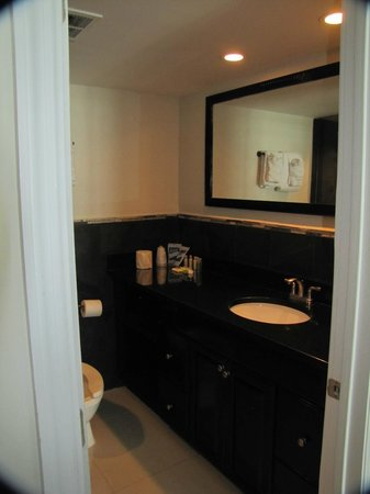 "Ocean Manor Resort Hotel : Bathroom of the ""Signature room""... that's more like it..."