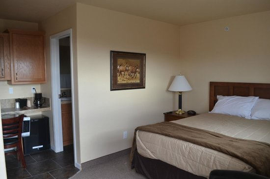 Aspen Lodge & Suites: Bed and Bathroom Entry
