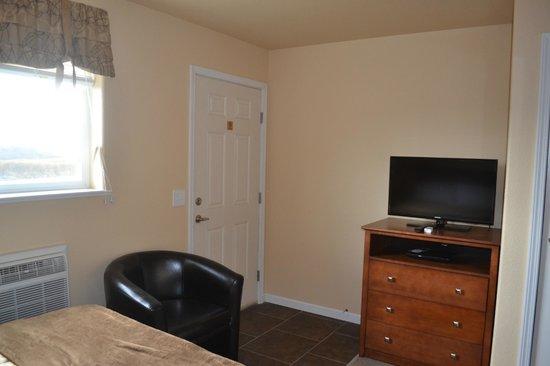 Aspen Lodge & Suites: Room Entry & TV