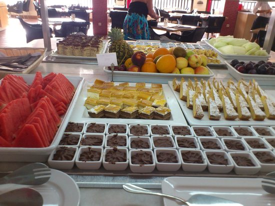 Sunprime Atlantic View Suites & Spa: Lovely desserts and fruits